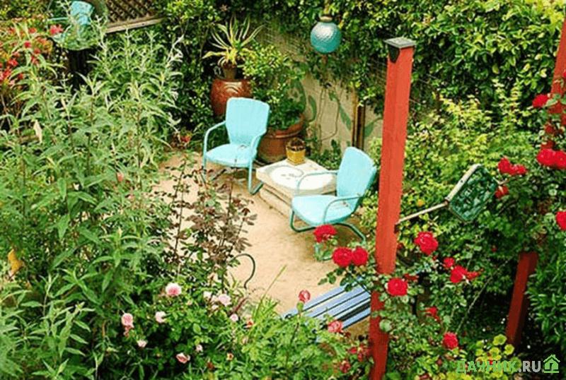 Уютный уголок в глубине сада